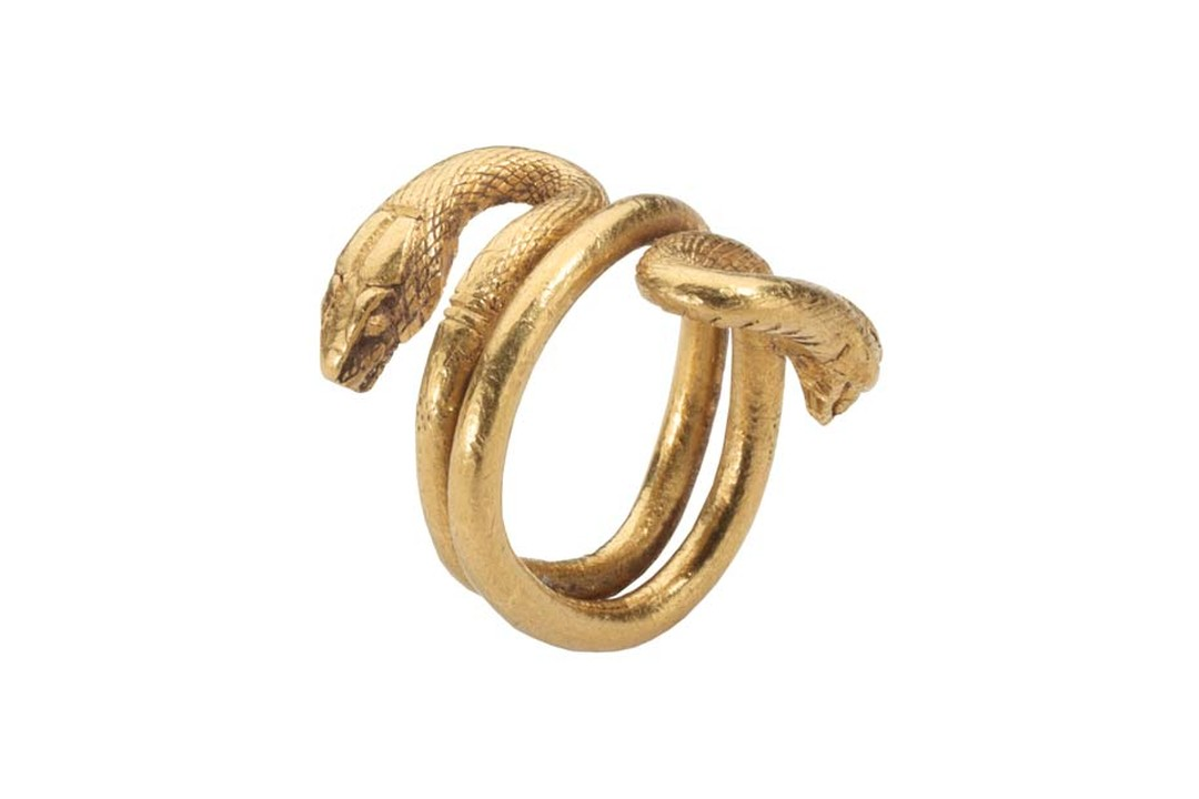 Les Enluminures gold Roman ring featuring two snakes.
