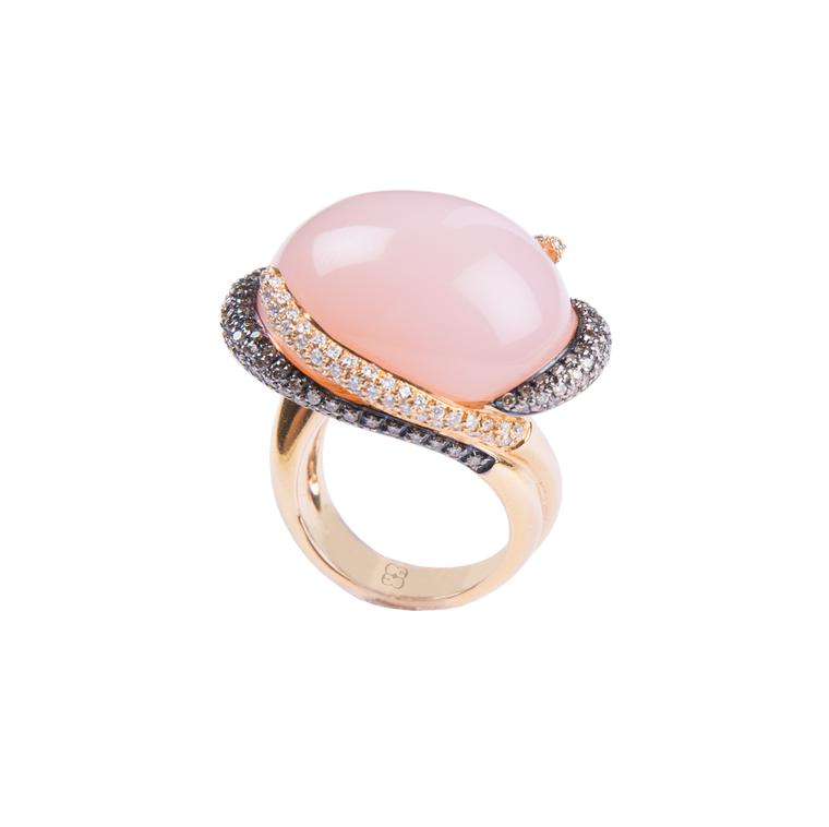 Elena C rose quartz ring with brown and white diamonds (5,830€).