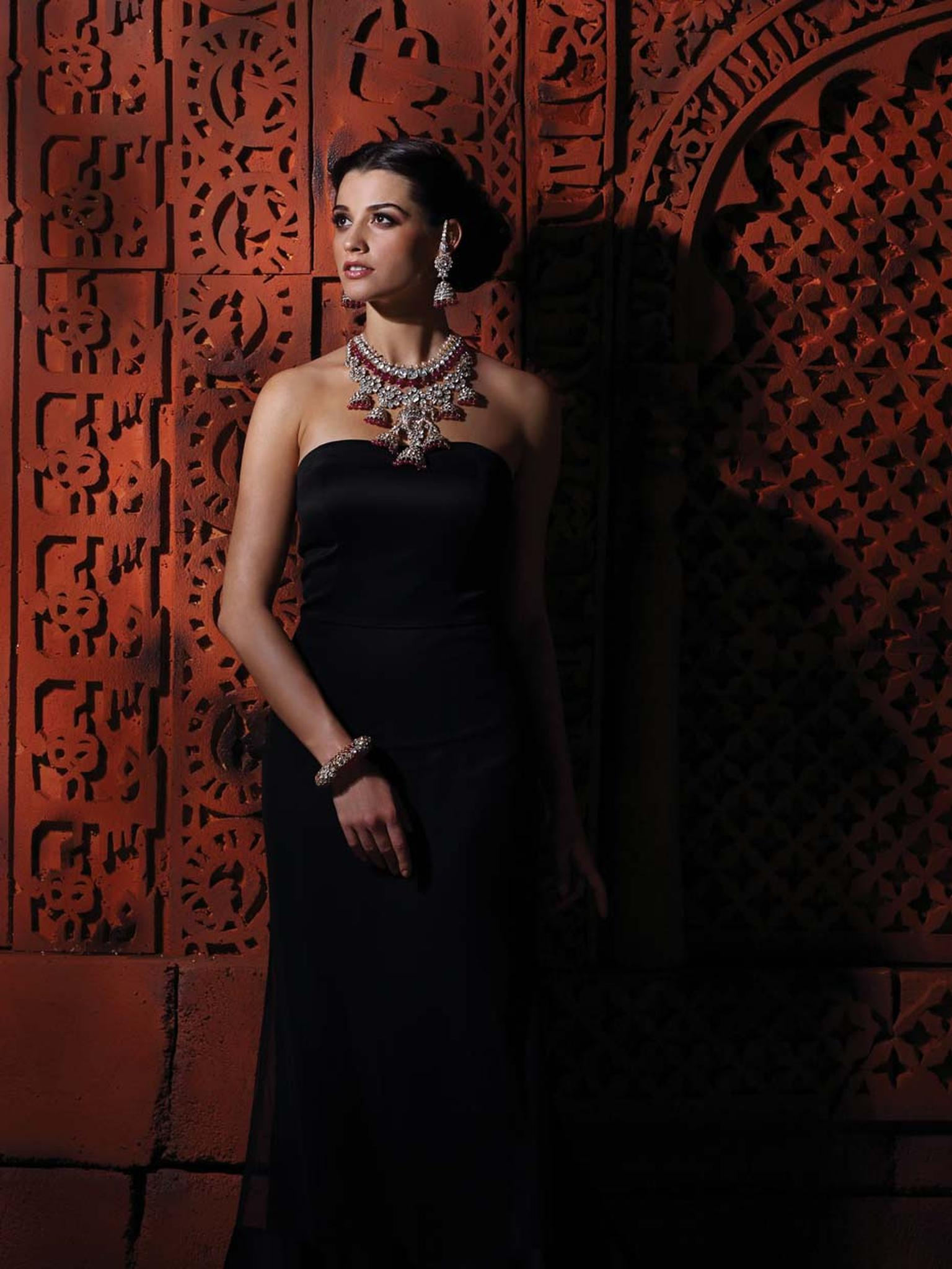 A model showcasing Birdhichand Ghanshyamdas Aks collection necklace, earrings and bangle.