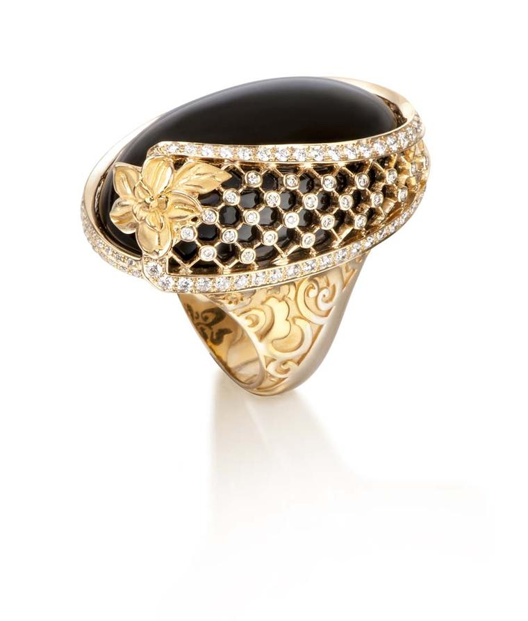 Carrera y Carrera Sierpes maxi ring in yellow gold, onyx and diamonds.