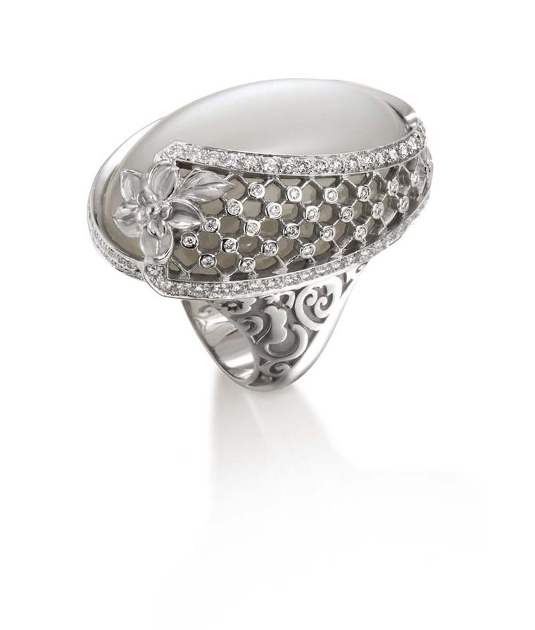 Carrera y Carrera Sierpes maxi ring in white gold, moonstone and diamonds.