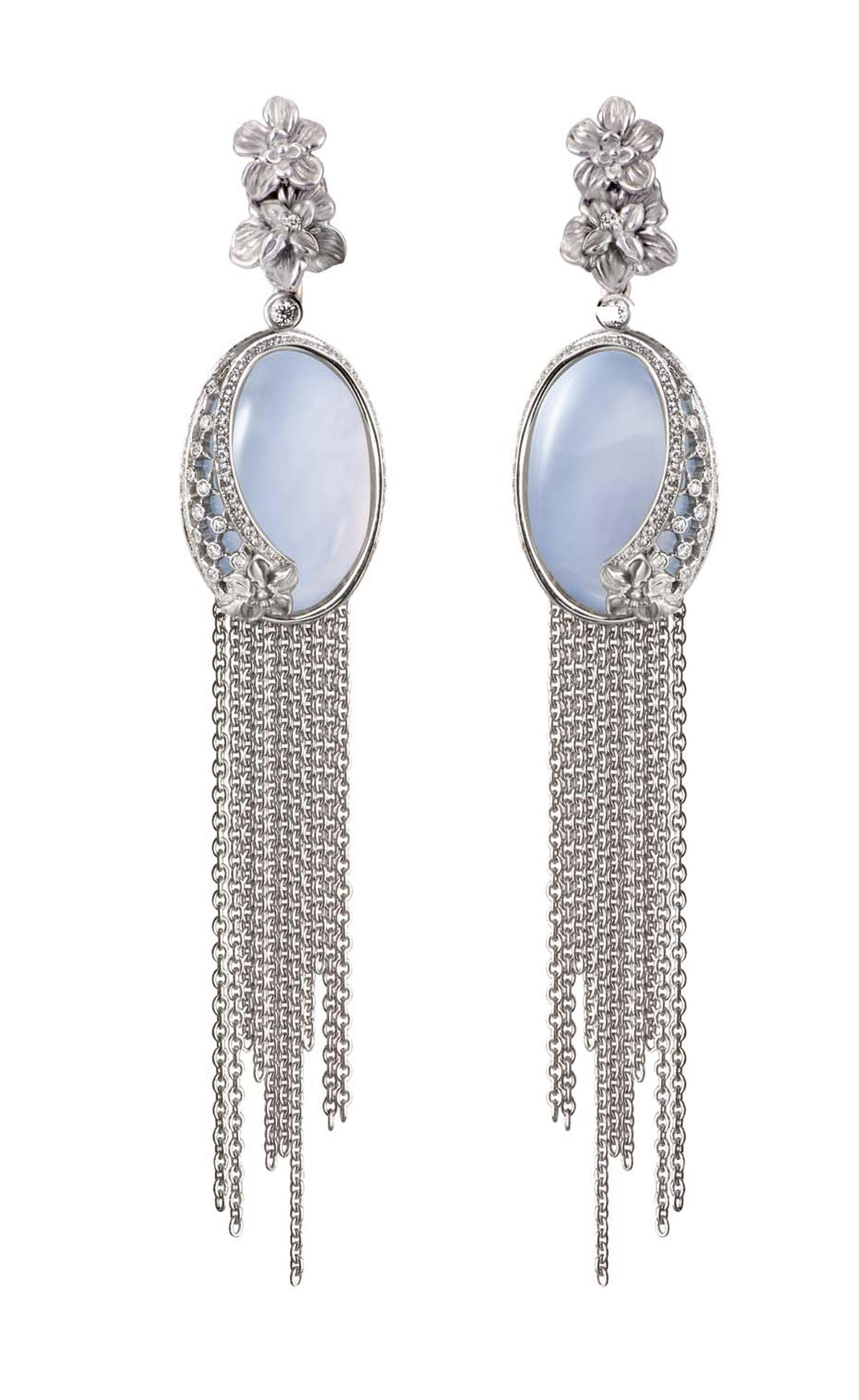 Carrera y Carrera Sierpes maxi earrings in white gold, chalcedony and diamonds.