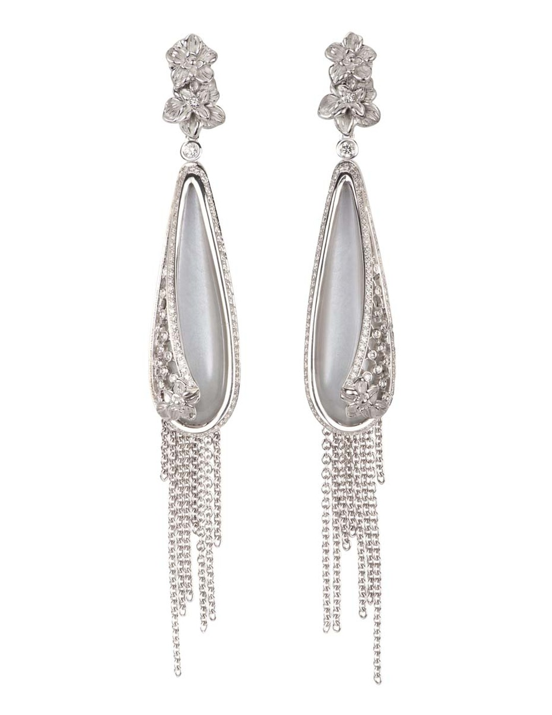 Carrera y Carrera Sierpes medium earrings in white gold, moonstone and diamonds.