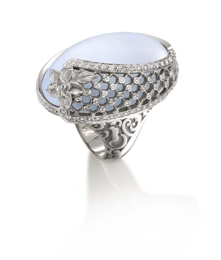 Carrera y Carrera Sierpes maxi ring in white gold, chalcedony and diamonds.