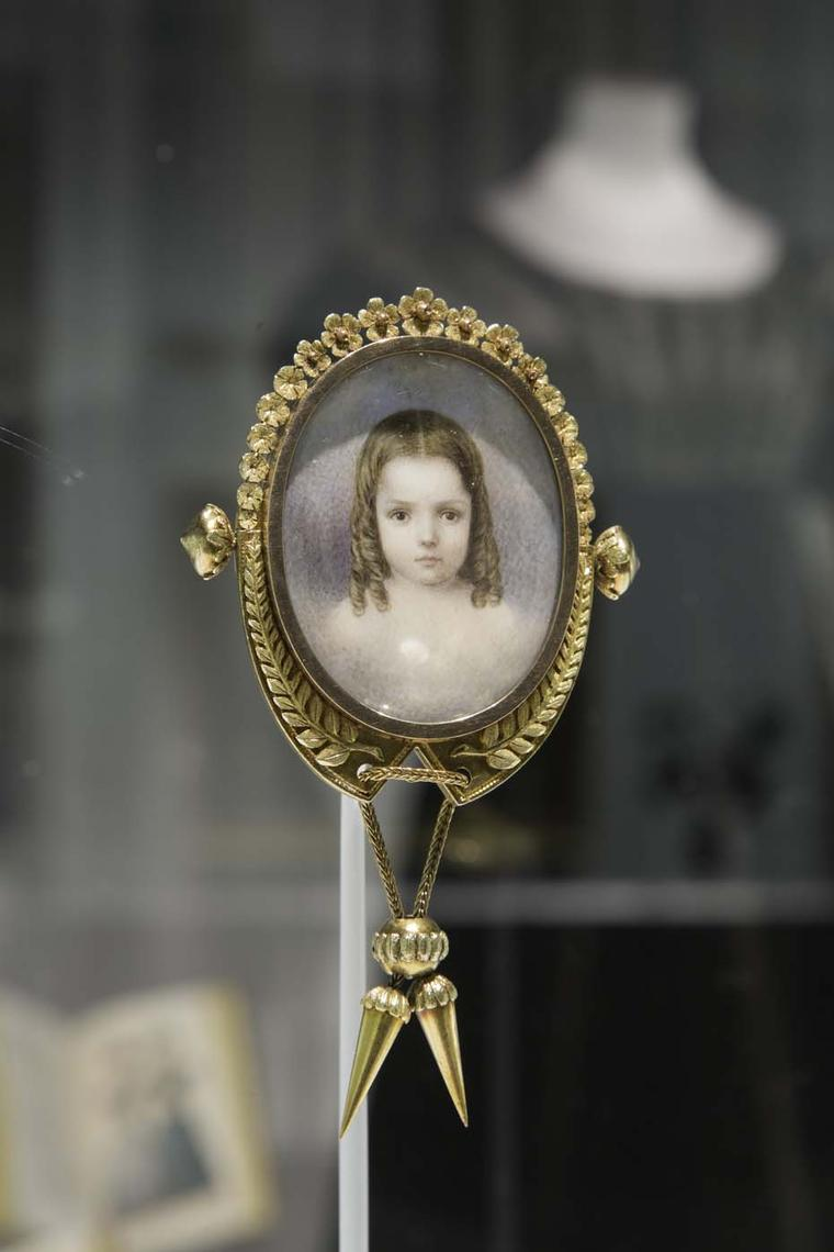 Mourning jewelry included miniature portraits or photographs of the dead often accompanied by motifs of tombstones or clouds, depicting the departed soul's ascension to heaven.
