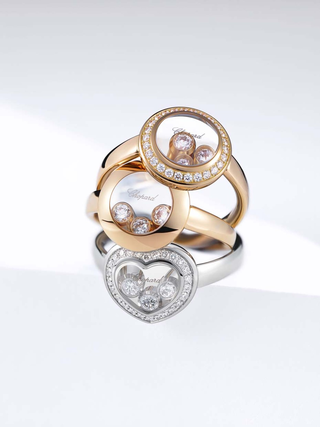Chopard Happy Curves collection features two cambered sapphire crystals which contain the freely moving diamonds, magnifying the beauty of the precious stones and, depending on the angle, playing with the dimensions of the diamonds.