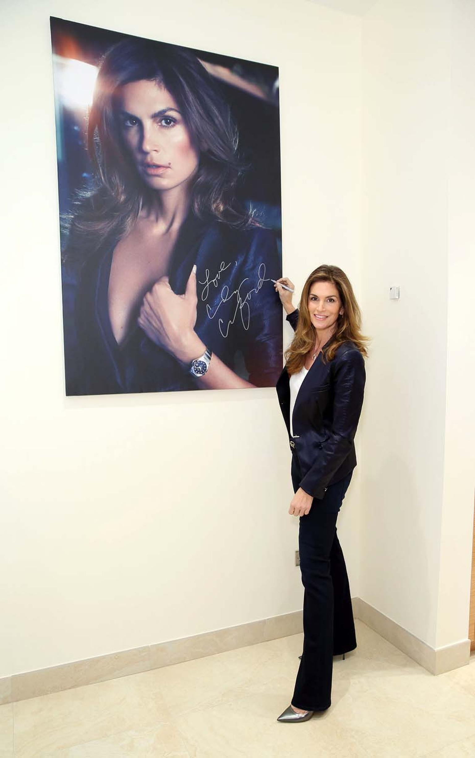 Omega chose Cindy Crawford to join its family for her style and for sharing many of Omega's values, such as quality, reliability and a strong sense of tradition.
