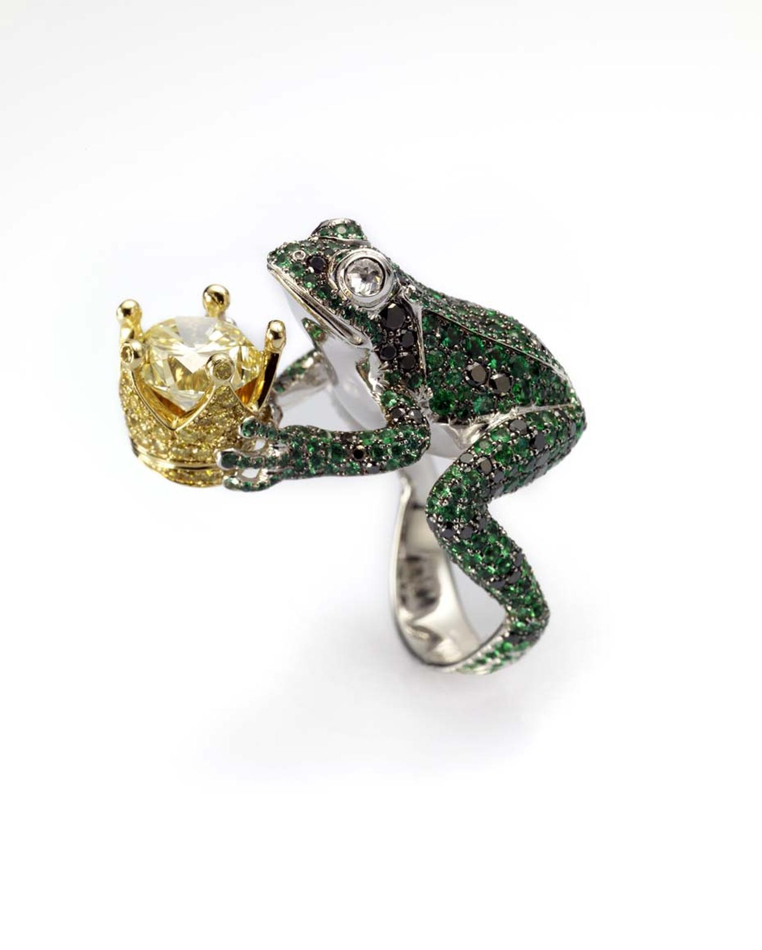 Chopard ring, also from the Animal World collection, featuring a frog in white gold set with emeralds, black diamonds and white diamonds, holding a crown featuring a stunning brilliant-cut yellow diamond surrounded by a pavé of yellow diamonds.