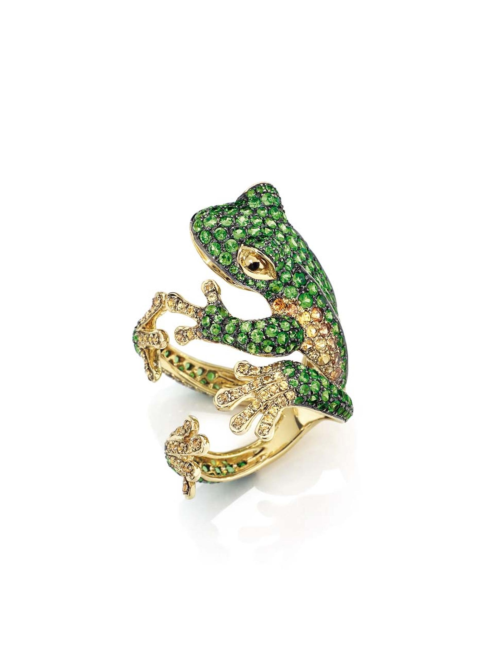 This Morphée Reinette ring in yellow gold, with emeralds and yellow diamonds, perfectly hugs the finger as if a frog has just attached itself to the lucky wearer.