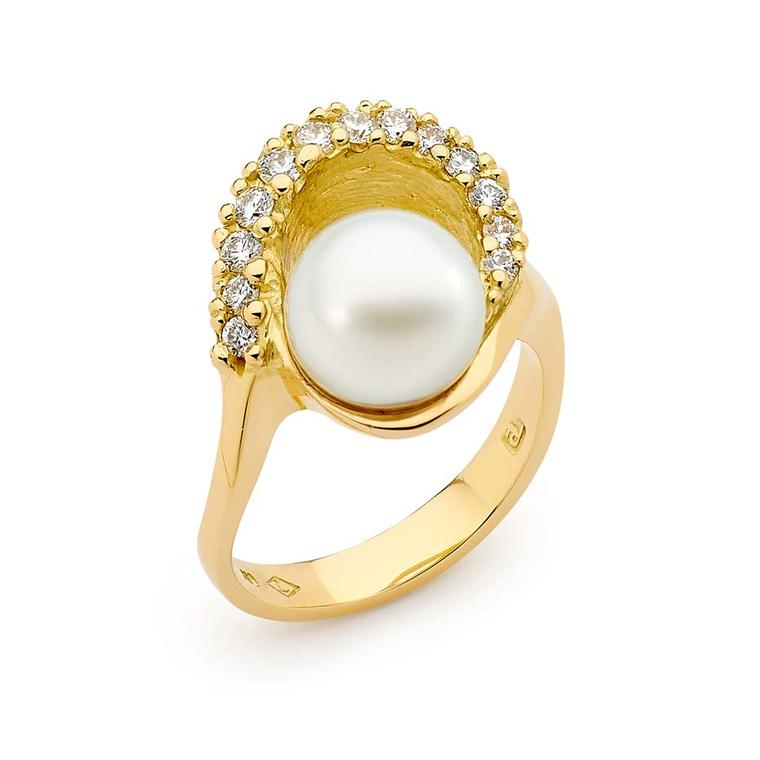 Linneys ring in yellow gold with an Australian South Sea pearl and diamonds.