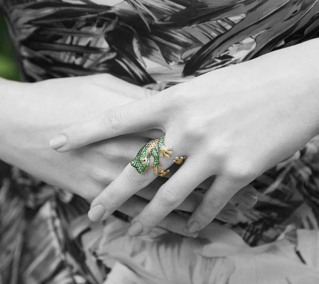 Morphée Reinette ring in yellow gold with emeralds and yellow diamonds.