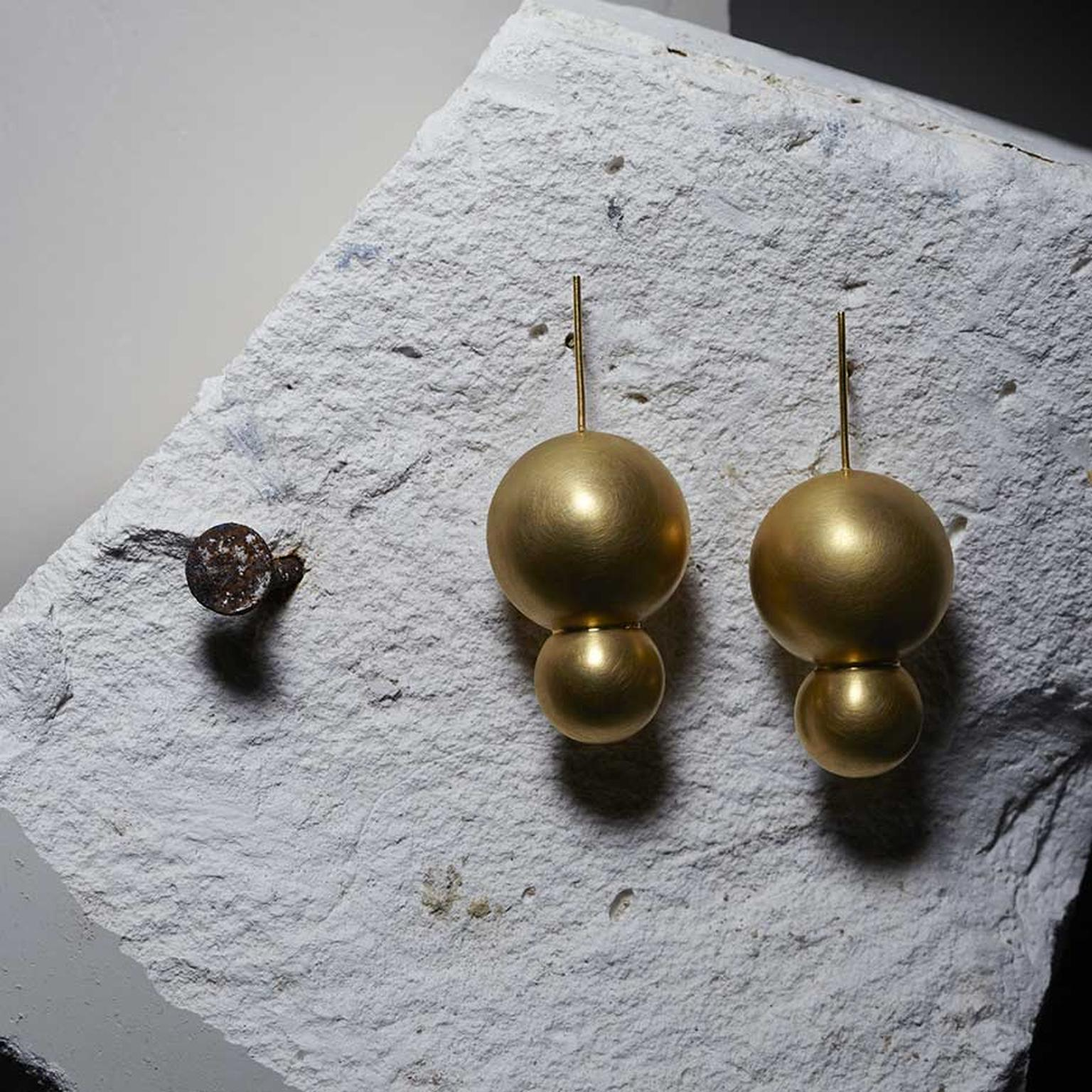 Mara Irsara Doubling Up earrings in yellow gold-plated silver from the Smart collection.