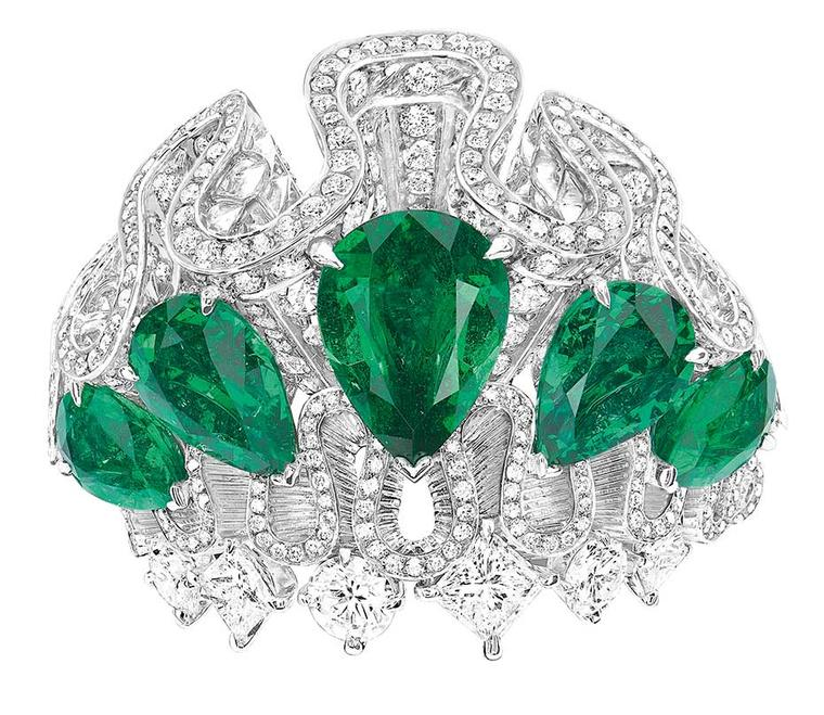 A front view of the Dior Archi Dior Corolle Jour emerald ring.