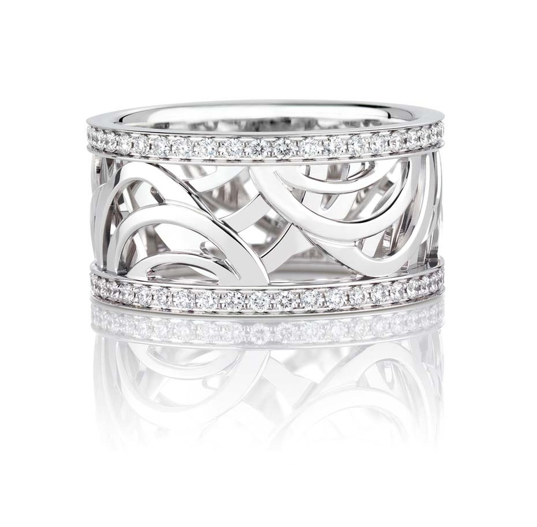 De Beers Aria ring in white gold decorated with pavé diamonds.