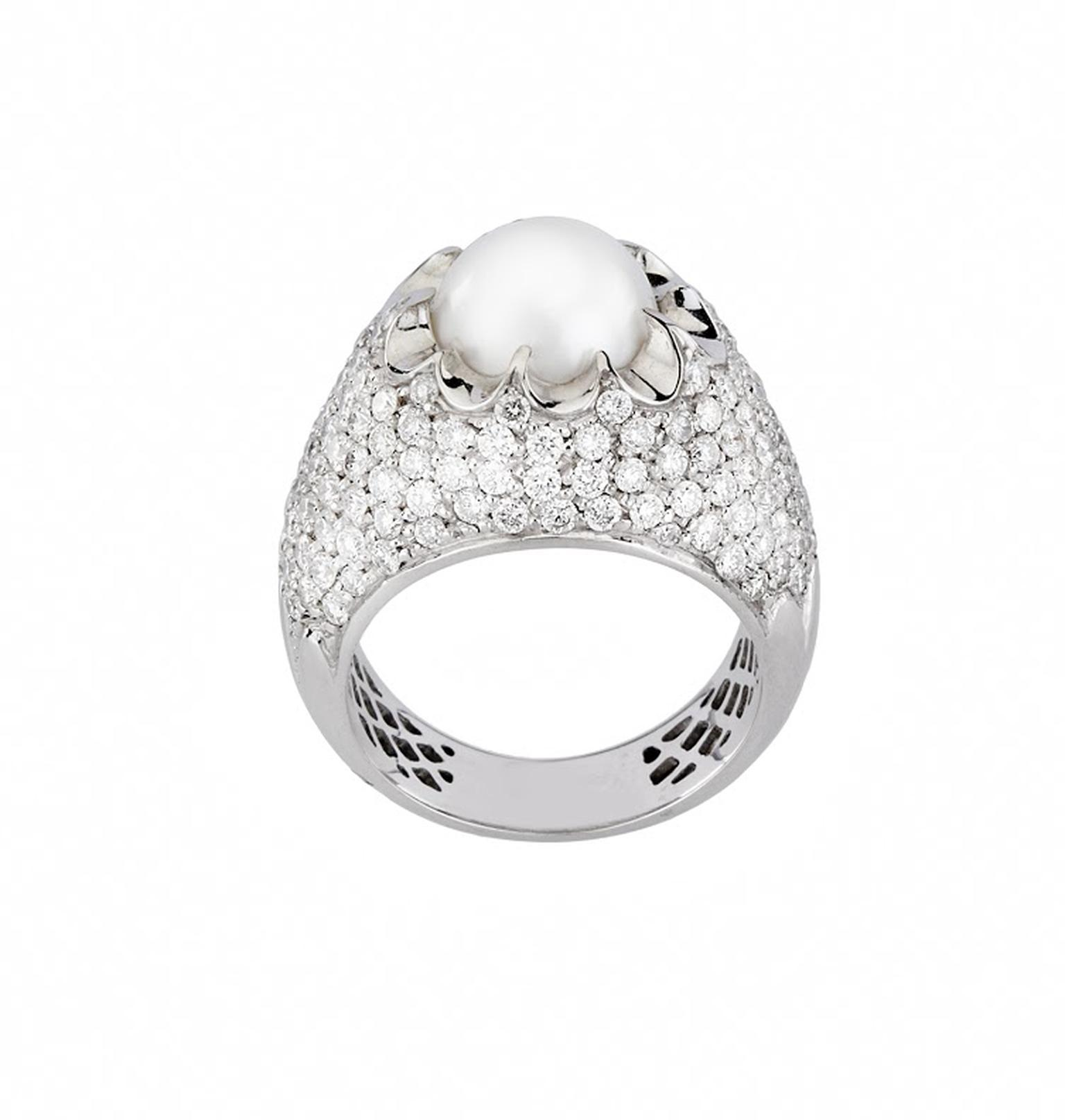 Mimata Corona diamond ring in white gold, set with a South Sea pearl, from the Stars collection.