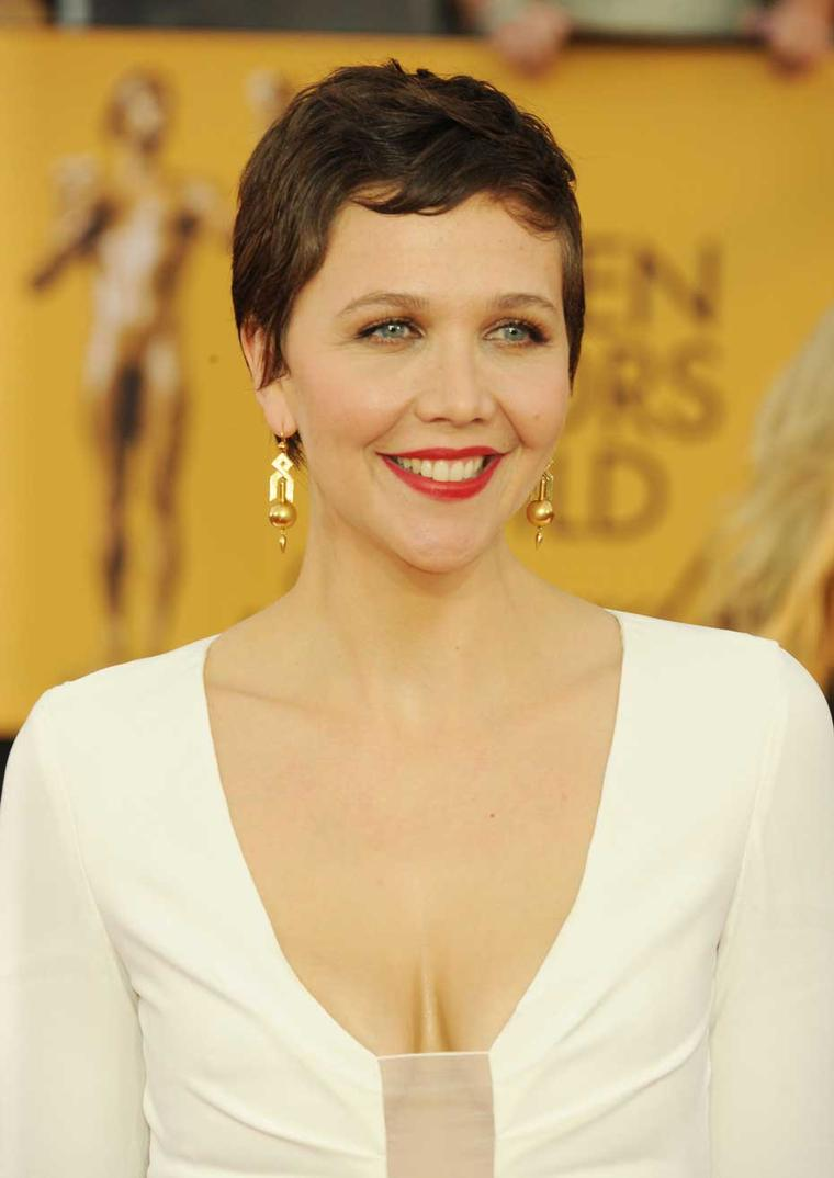 Maggie Gyllenhaal in Fred Leighton earrings and peridot and diamond ring