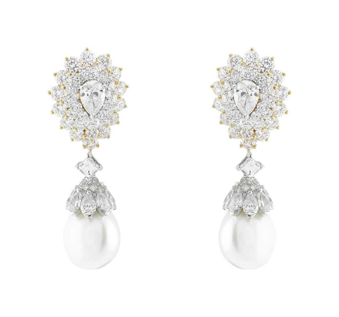 The Van Cleef & Arpels earrings from the Pierres de Caractère - Variations collection, featuring cultured pearls and diamonds set in white and yellow gold, worn by Felicity Jones on the red carpet at the SAG Awards 2015.