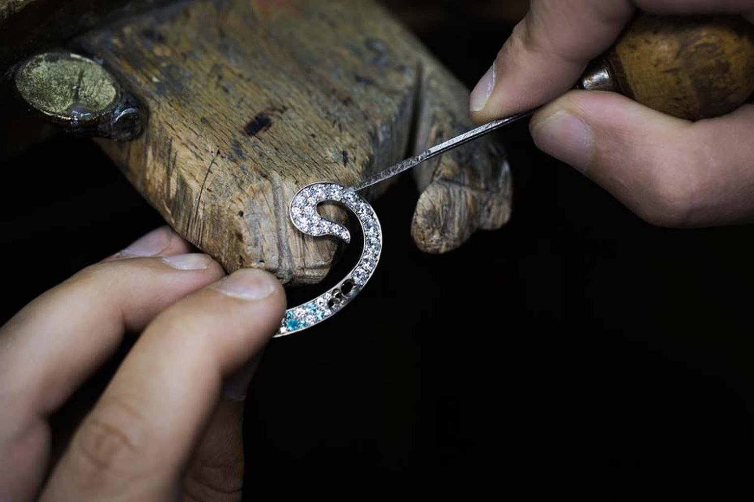 Highly specialised jewellers at Van Cleef & Arpels set the diamonds and Paraiba-like tourmalines in the white gold structure to simulate a spurt of water.