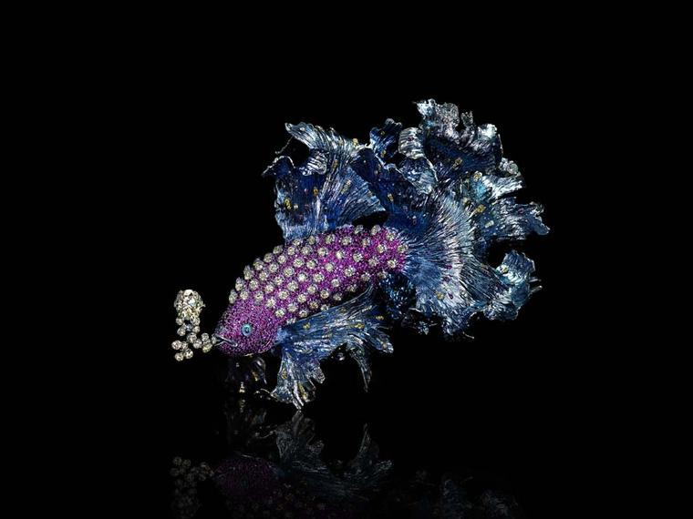Wallace Chan's Gleams of Waves brooch is a shining example of his work. The billowing fins of the fish move to the rhythm of the ocean's waves, as its yellow diamond, ruby and pink sapphire-coloured gemstones catch our gaze.