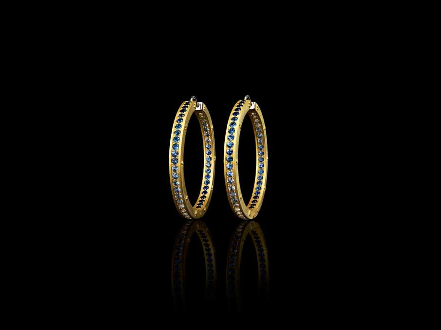 Liv Ballard Collection Orrecchini Cerchi Zaffiri hoop earrings in yellow gold, set with deep blue sapphires.