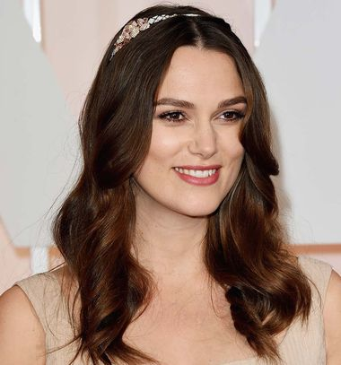 Actress Keira Knightley wore her red carpet jewelry in her hair at the Oscars, opting for this beautiful Chanel Café Society Sunset headband, which sparkled with pretty sunset orange Padparadscha and pink sapphires, pink opals and diamonds.