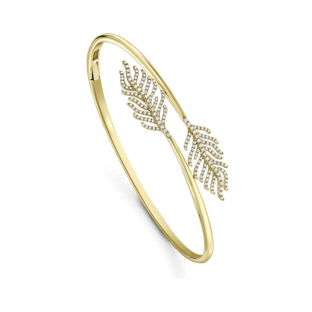 This elegant and timeless high jewellery Feather bangle by Kiki McDonough, can be worn on its own or layered with other pieces. A perfect choice to take a busy mother from day to evening with ease.