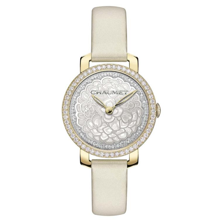 Chaumet Hortensia 31mm watch in yellow gold with a central hydrangea flower crafted in mother-of-pearl, powered by a reliable Swiss quartz movement.