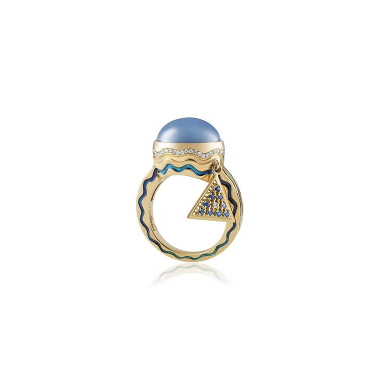 Misahara's Talasi Deux ring in yellow gold, set with a blue star sapphire oval cabochon and adorned with a dangling Misahara triangular-shaped charm.