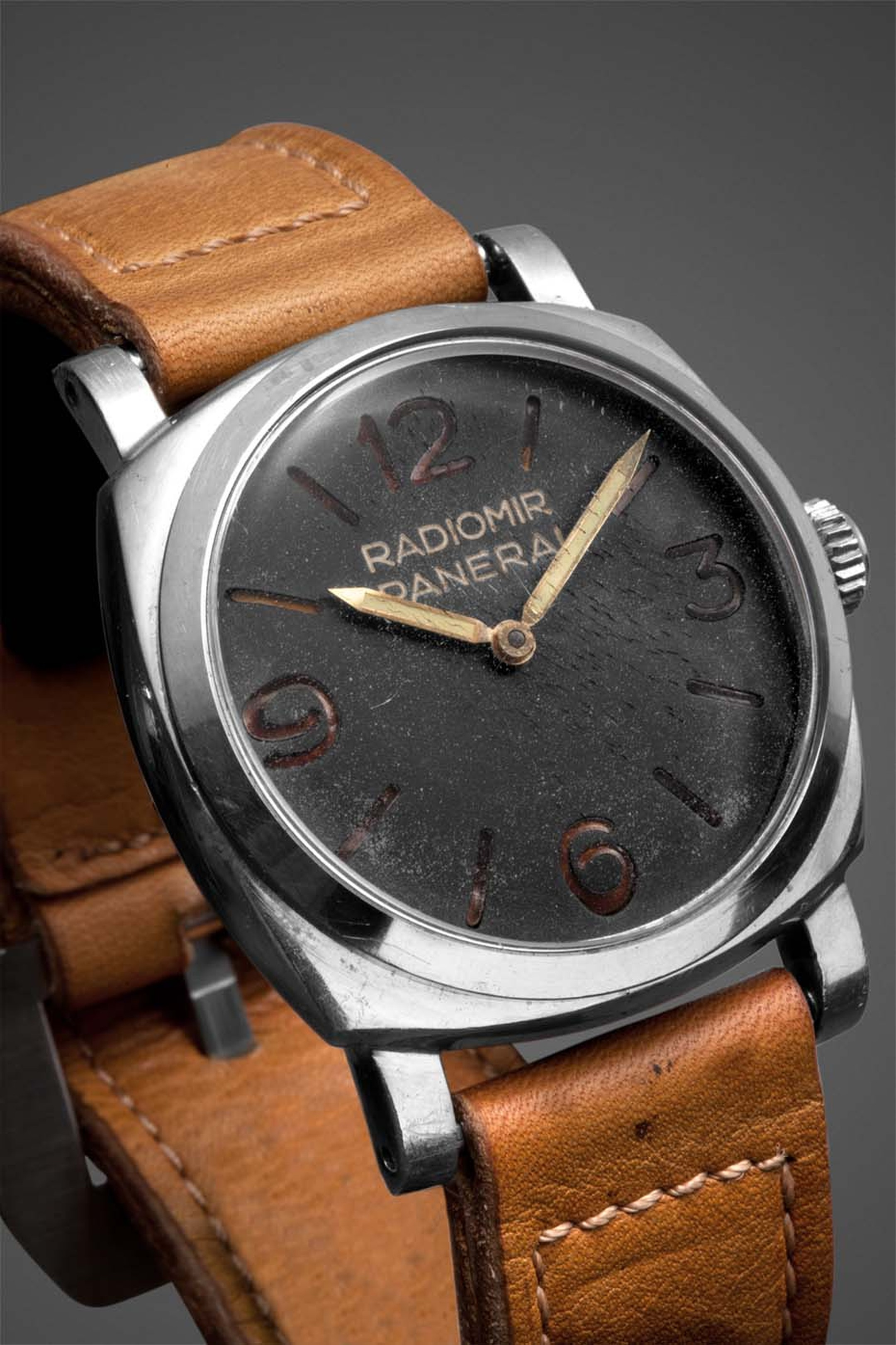 By 1940 the Panerai Radiomir watch assumed its definitive physiognomy. With a stronger case made from a single block of steel for increased underwater resistance and reinforced lugs, the dial of the watch was simplified with just four large Arabic numeral