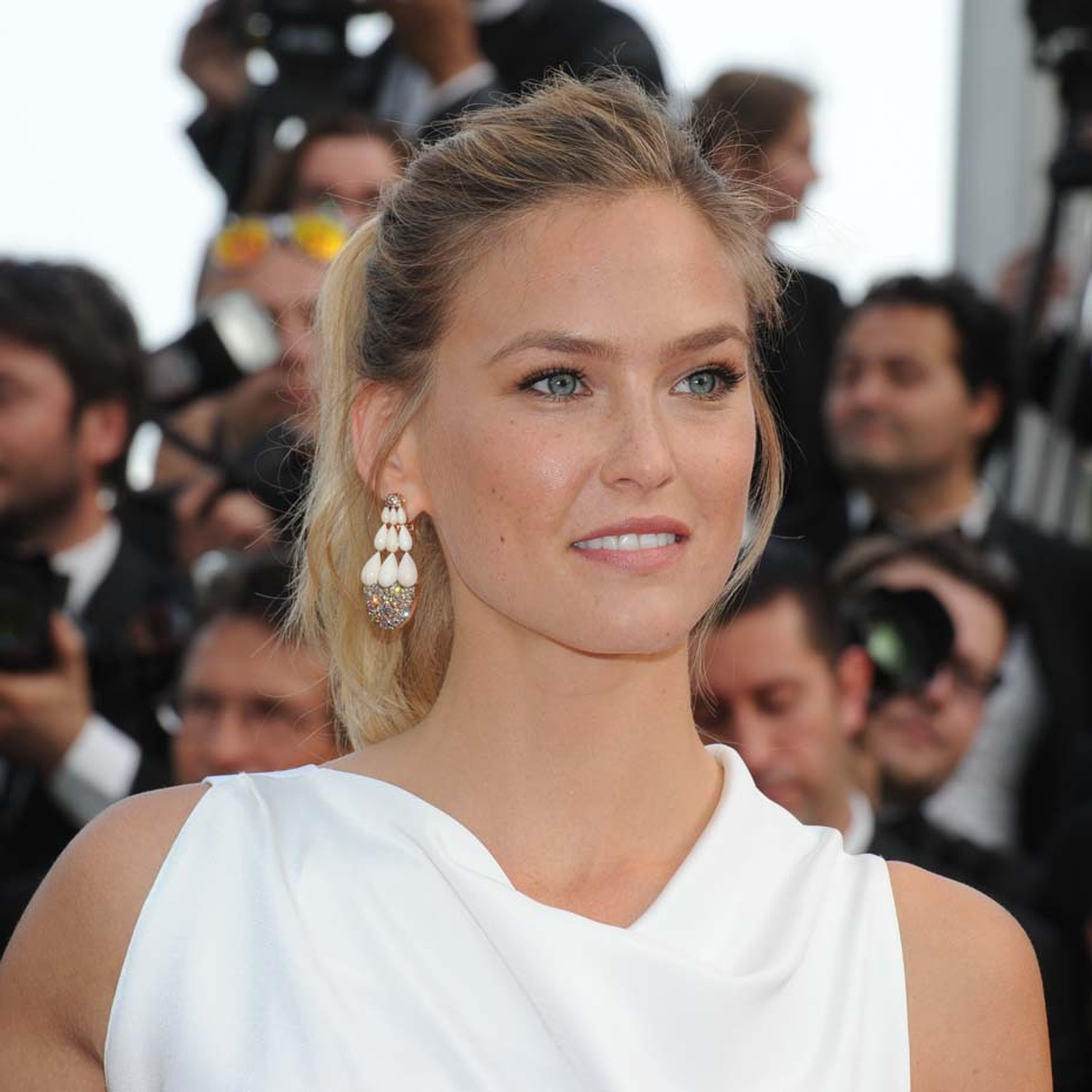 Bar Refaeli teamed her Roland Mouret gown with a a pair of coordinating de GRISOGONO earrings.