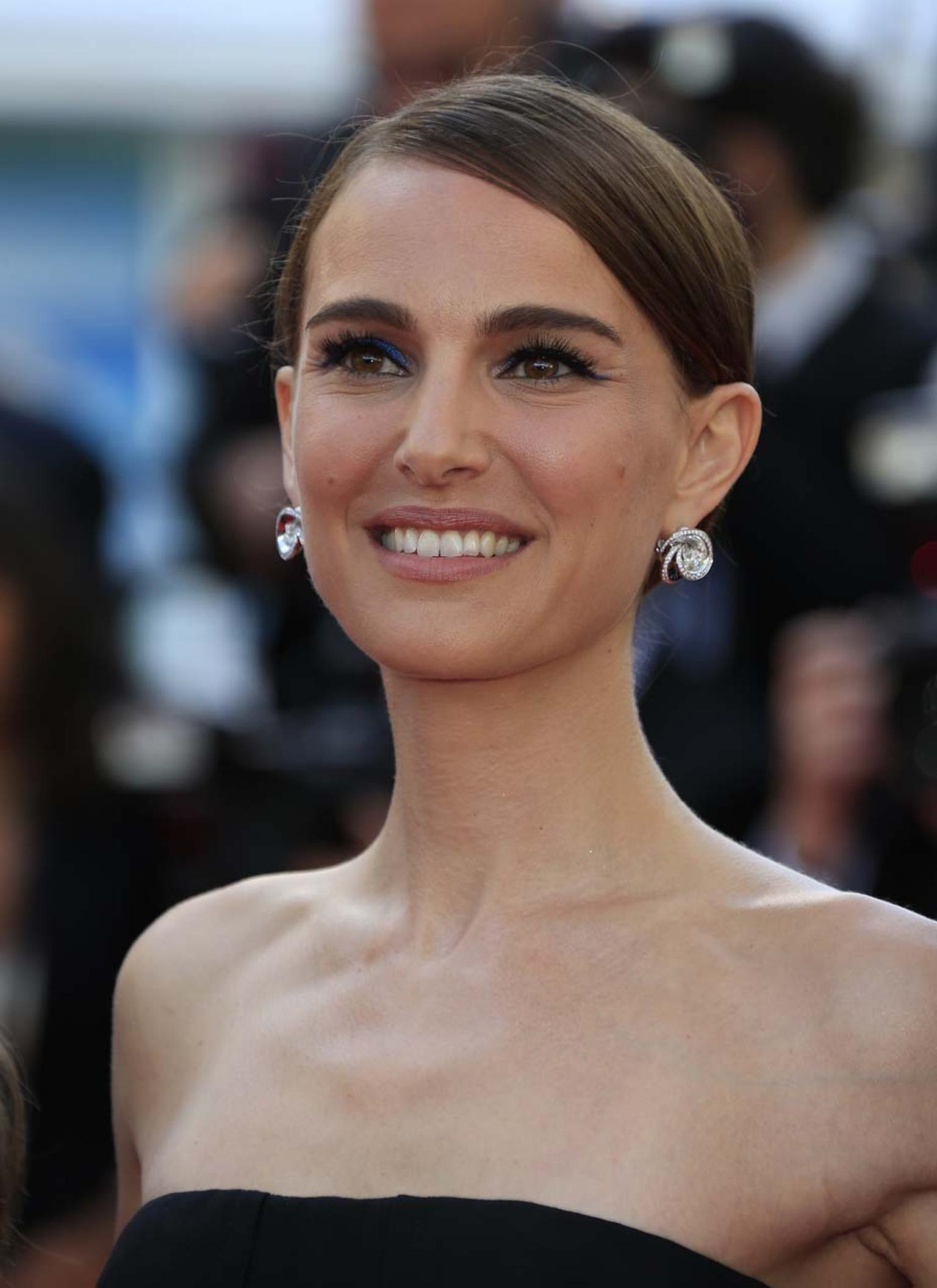 Natalie Portman was a vision of Hollywood glamour in a pair of de GRISOGONO earrings in white gold with diamond-set spirals.