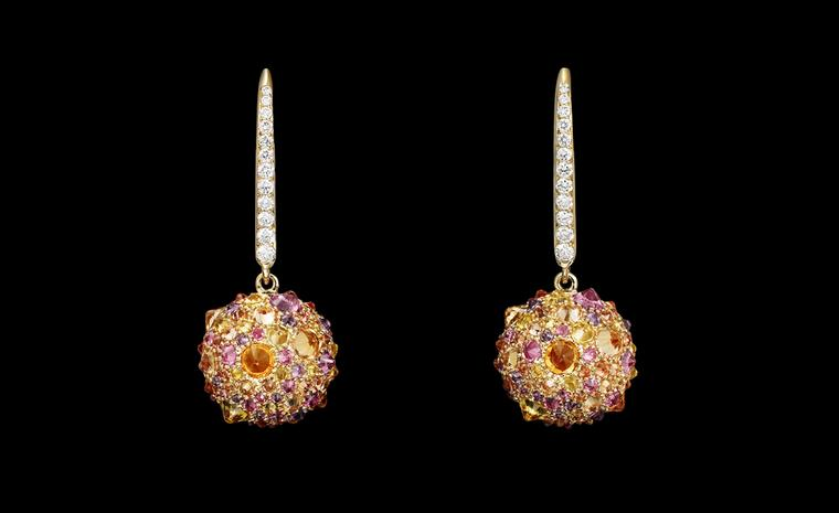 Lorenz Bäumer, Boucles d'oreilles  Jane pendantes with diamonds and saphires set in yellow gold. €7,950