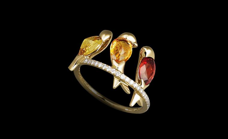 Lorenz Bäumer, oiseaux feu ring saphires and diamonds set in yellow gold. €4,950