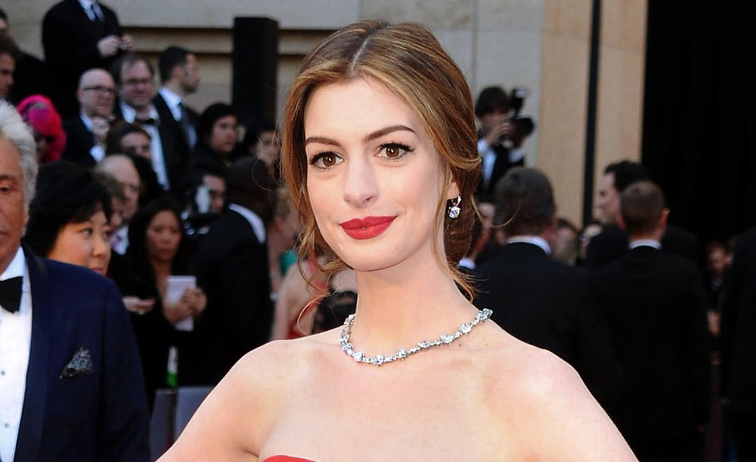 Anne-Hathaway-wears-Tiffany-Oscars---28th-February-2011