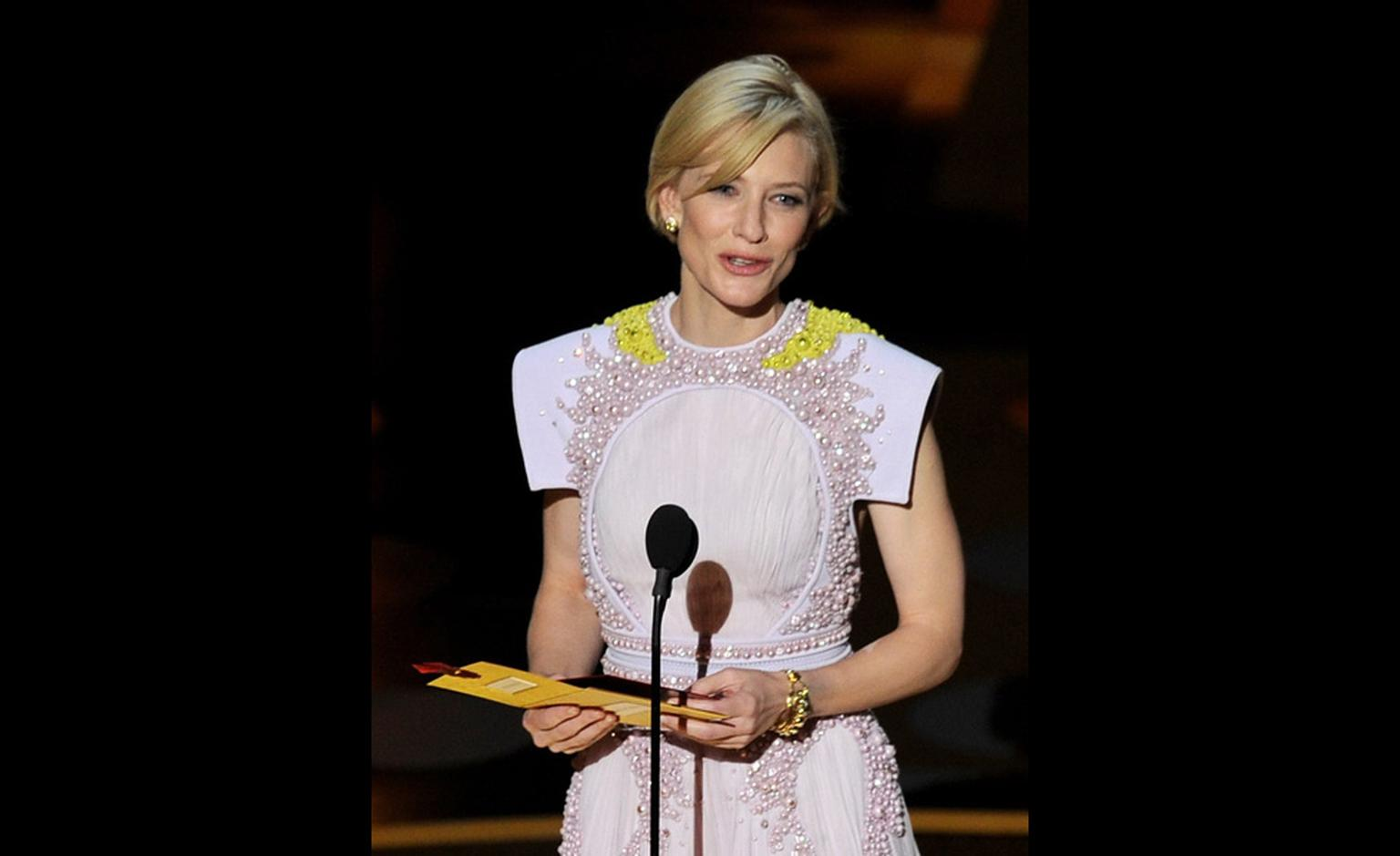 At the Academy Awards, Cate Blanchett wears vintage Van Cleef & Arpels yellow gold jewellery. Photo by Kevin Winter Getty Images