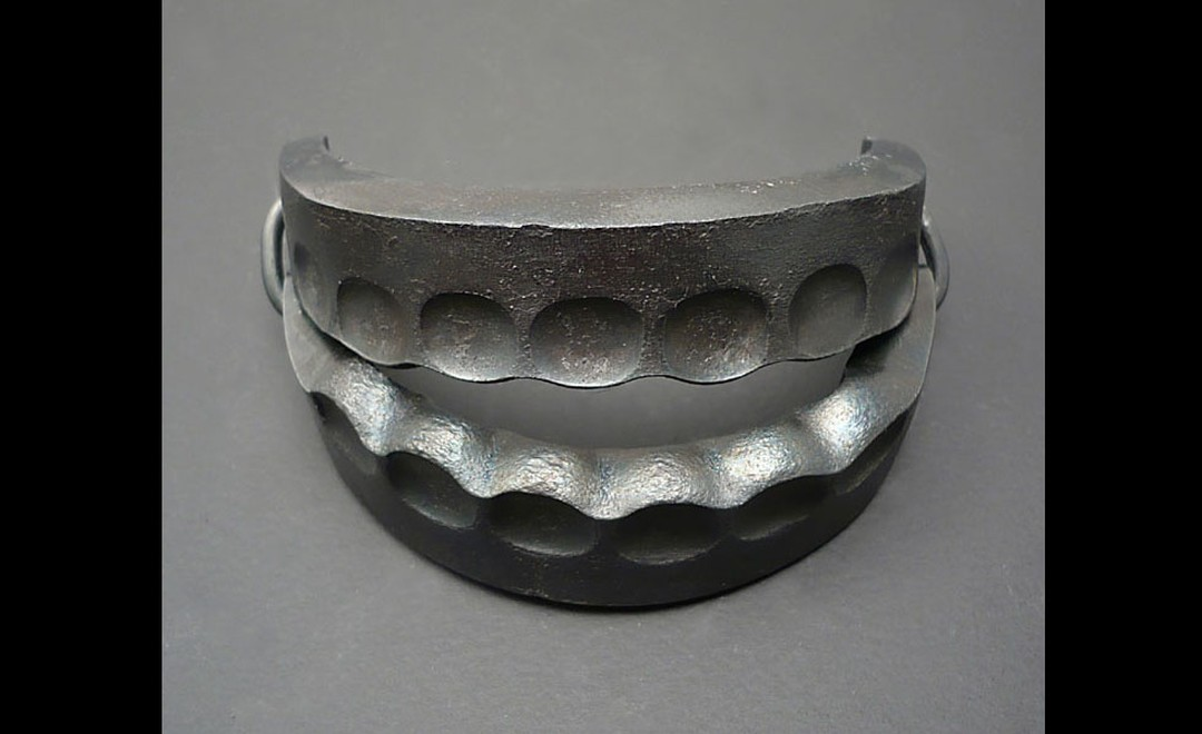 Sophie Hanagarth. Trap bracelet in forged iron.