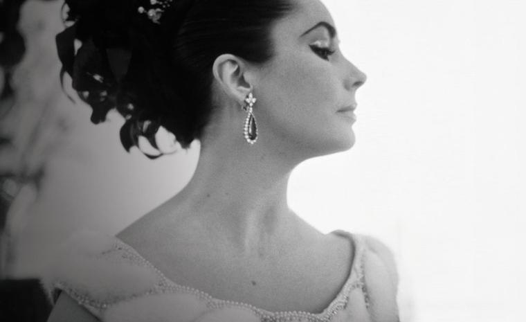 Elizabeth Taylor wearing the Bulgari emerald earrings that are on display at the V&A as part of the new Glamour of Italian Fashion exhibition. Photo: CORBIS