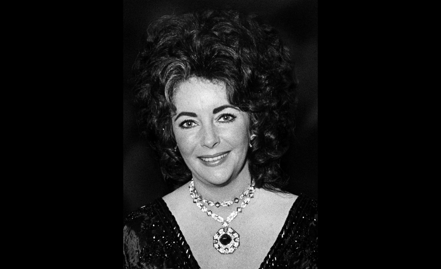 Elizabeth Taylor in Budapest in 1972 wearing the Bulgari sapphire sautoir with a sugarloaf cabochon sapphire of 52.72 carats, a gift from Richard Burton for Elizabeth Taylor's 40th birthday in 1972. She later added the ring.